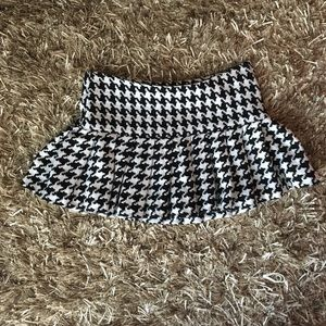 Black and white houndstooth pleated miniskirt